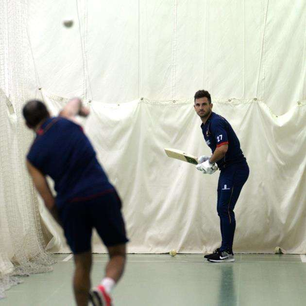 Ryan ten Doeschate faces Ravi Bopara