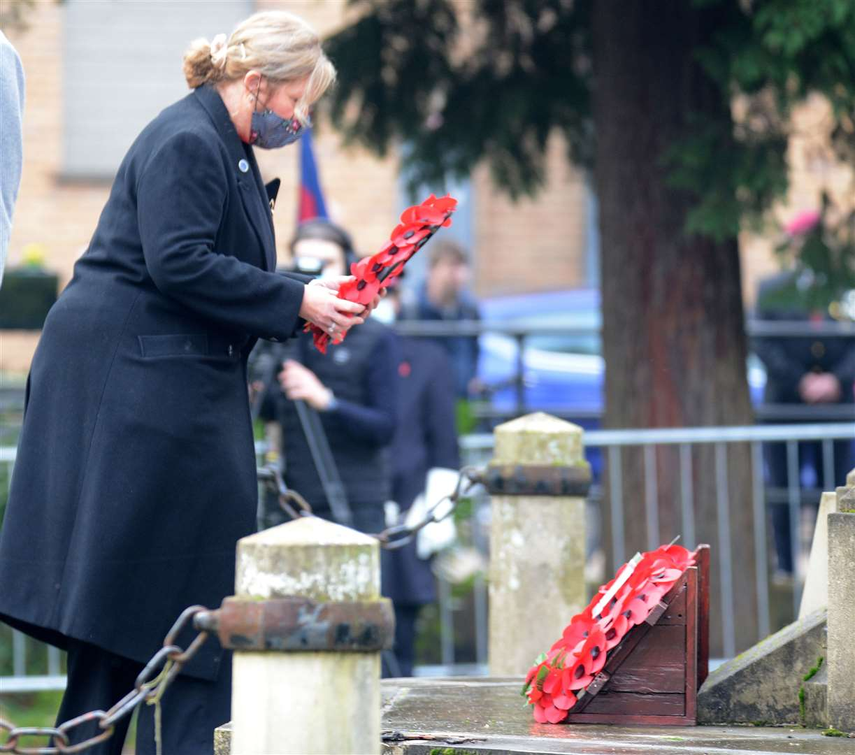 War Memorial, Castle park, Bishop's Stortford. A very different remembrance service for the Covid era. Julie Marson MP. .Pic: Vikki Lince. (43038508)