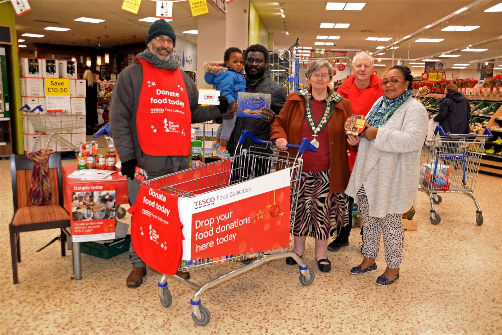 Tesco Bishops Park, Bishops Stortford.Foodbank collection. l-r: Frank Beran, Philip and Sedem (2) Freitas, Cllr Norma Symonds, Bill Macdonald and Nana Freitas..Pic: Vikki Lince. (22581674)