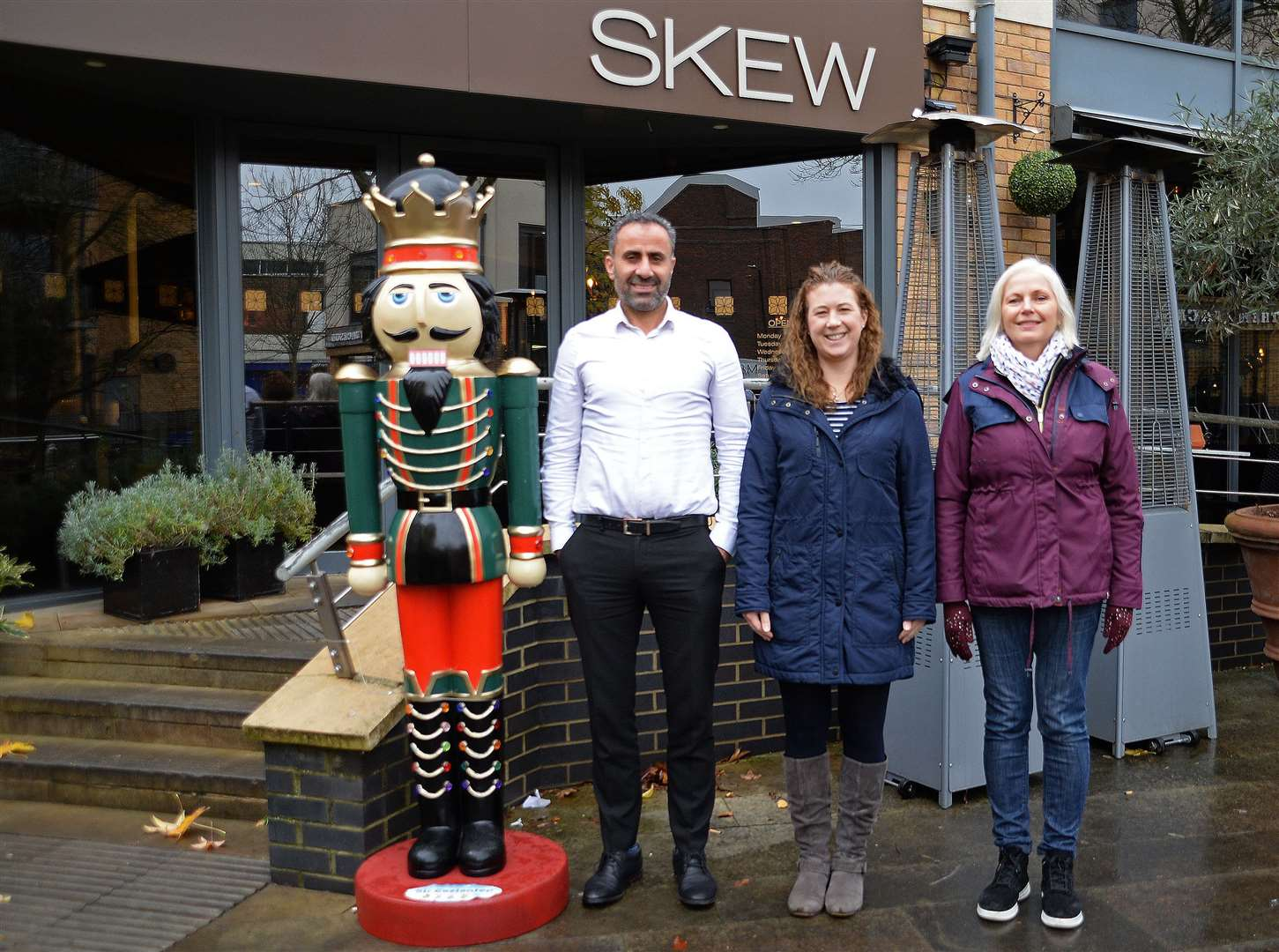 Skew, Bishops Stortford.Karen Burton, Gina Thomas and Skew manager Ali Delidogan with Sir Gaziantap - one of the Nutcrackers on the christmas trail..Pic: Vikki Lince. (22582098)