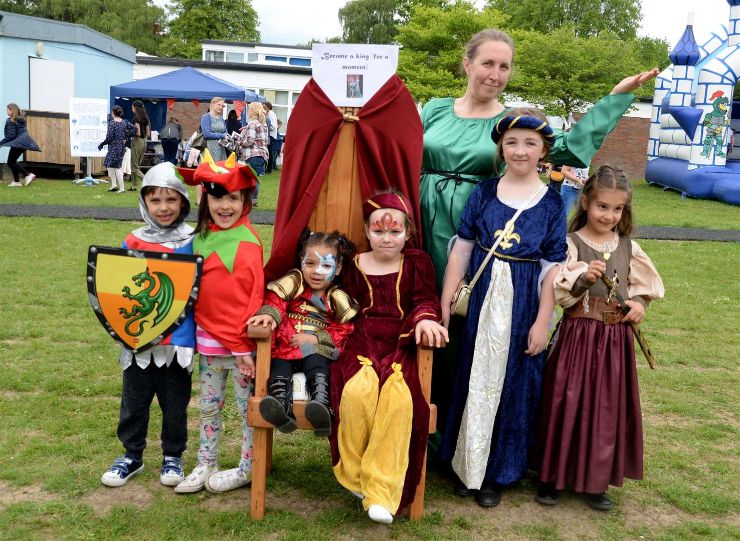 Thorn Grove Primary School, Bishops Stortford. Medieval Fayre. Pupils show off their medieval attire with Talitha Ryan (PTA Chair). .Pic: Vikki Lince. (10702281)