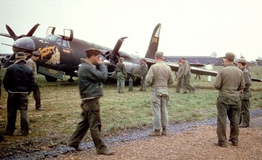 American airmen on Stansted airfield during WW2 (37531303)